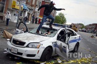 В американському Балтиморі спалахнули масові заворушення, протестувальники громлять поліцію