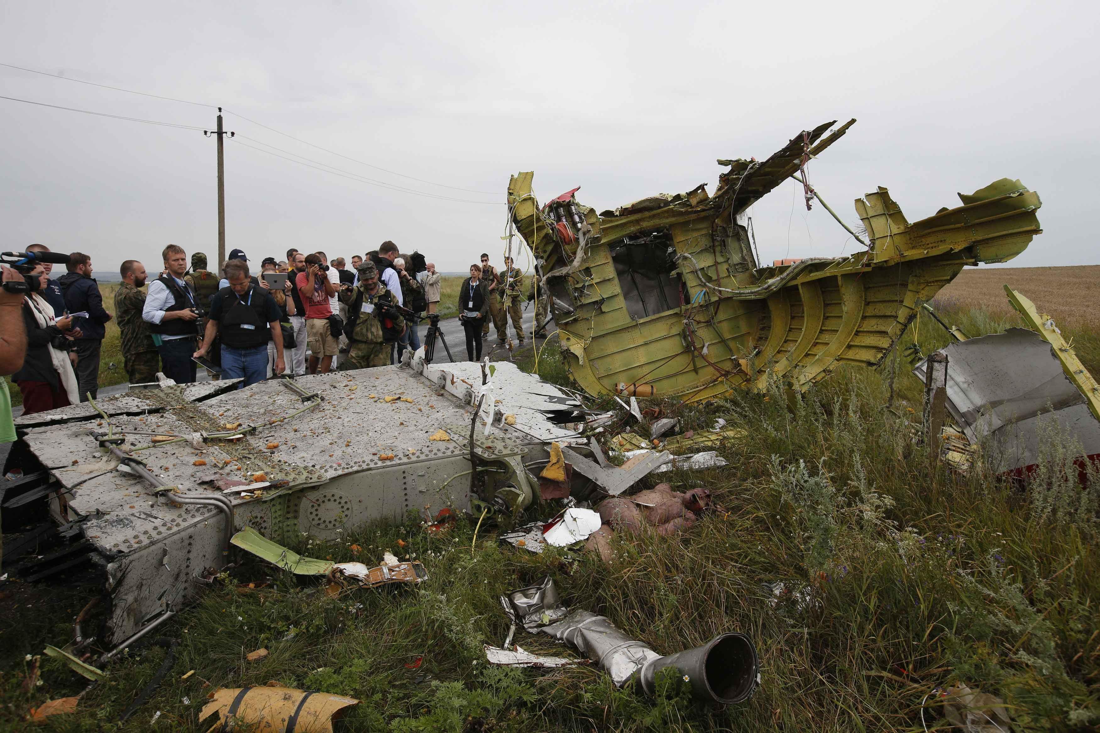 Терористи та місія ОБСЄ біля уламків Boeing_4