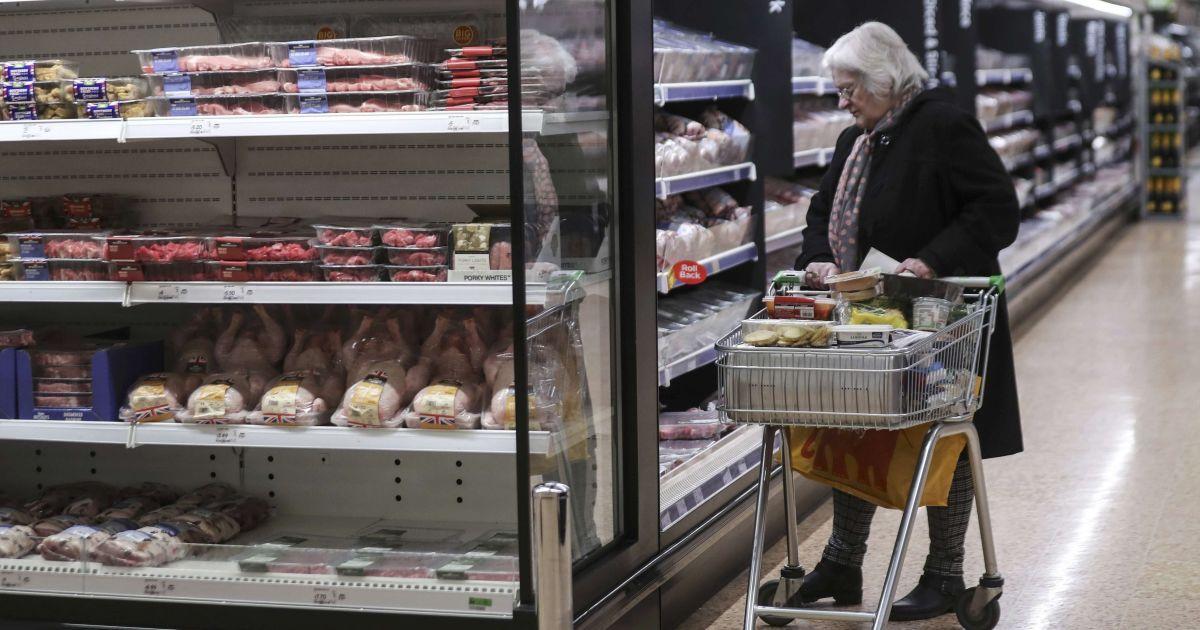 У Польщі власник супермаркету наказав перевіряти усіх українців на касі