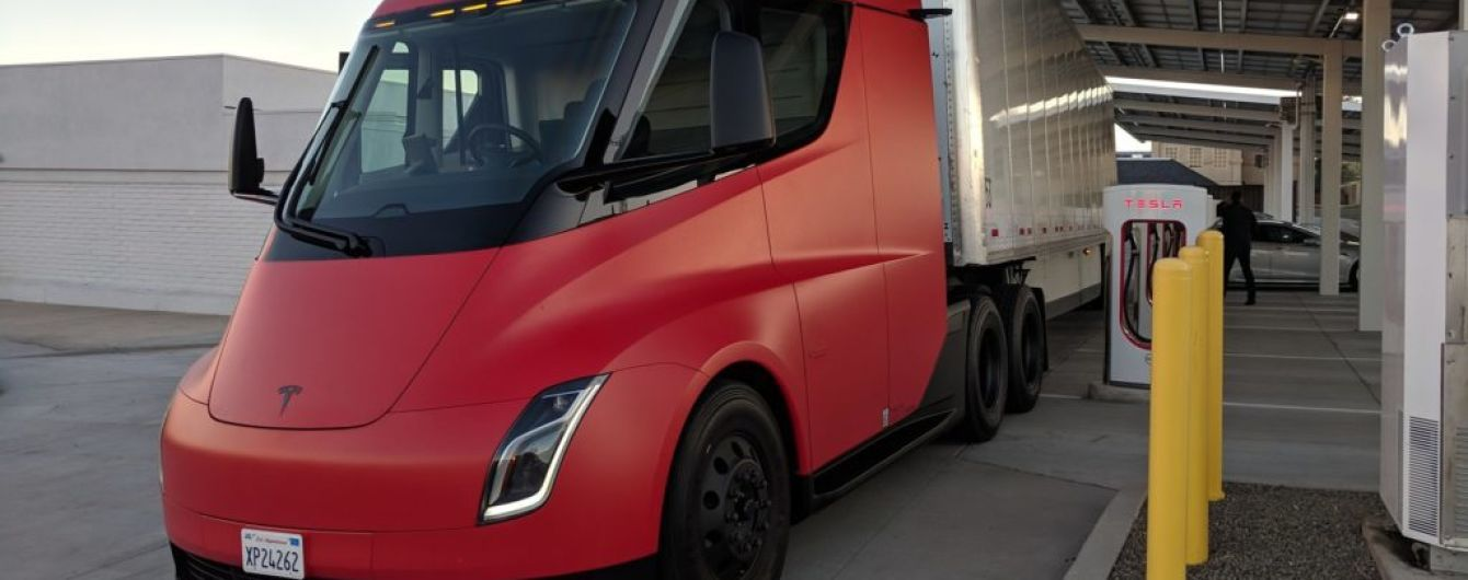 Грузовик Tesla Semi в красном заметили на тестах в США