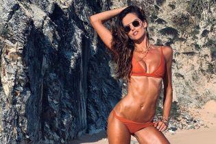 Она идеальная: Изабель Гулар похвасталась фигурой в красивых купальниках