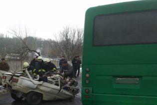 """Під Києвом у ДТП """"Запорожця"""" з маршруткою обірвалося три людських життя"""
