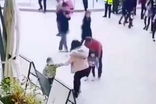 У Китаї зафільмували, як чоловік краде дівчинку посеред торгового центру за спиною родички