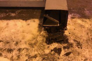 """""""Метал втомився"""": на Невському проспекті Петербурга перехожих пришибло білбордом"""