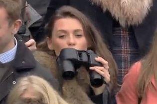 Майстер маскування: у Великій Британії зняли на відео жінку, яка зробила з бінокля флягу для алкоголю