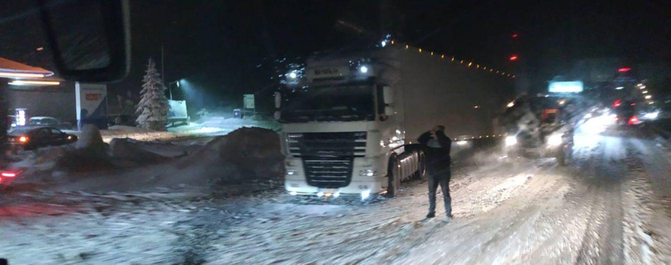 Польшу накрыла непогода: снегопады парализовали движение трассами