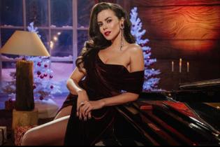В платье со смелым декольте и разрезом: сексуальная Настя Каменских поздравила всех с Новым годом
