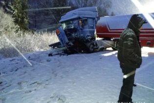 На Львовщине микроавтобусы столкнулись с автоцистерной, есть жертвы и пострадавшие