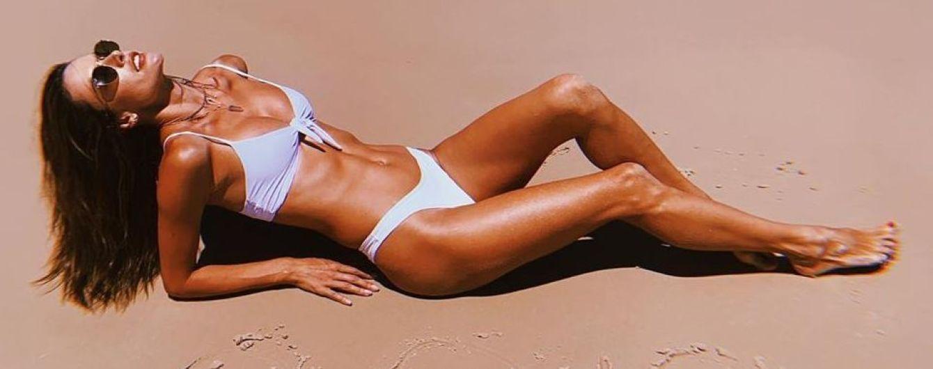 Загорает в новом бикини: Алессандра Амбросио показала пляжные снимки