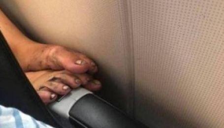 Грязные ноги и волосы в стакане. Instagram-аккаунт с отвратительными поступками пассажиров самолетов