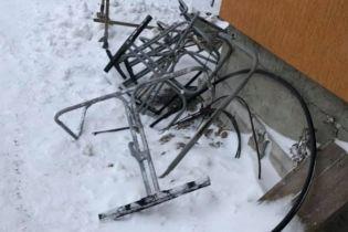 На Драгобраті двоє лижників впали з підйомника з частиною конструкції