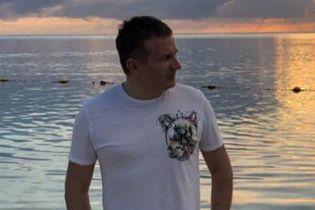 Звезды на отдыхе: Юрий Горбунов в шортах с ананасами позировал на пляже