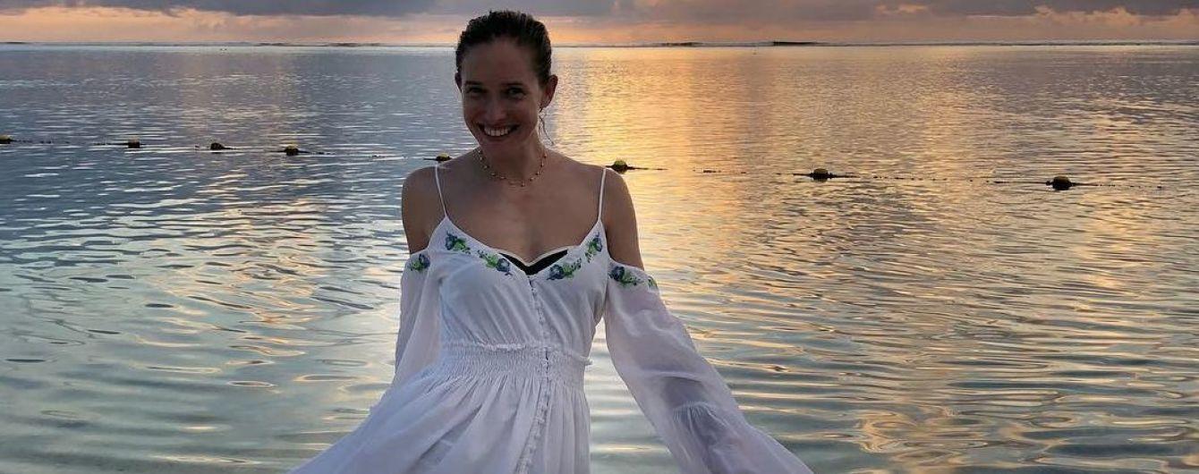 На пляже в белом сарафане: Катя Осадчая отправилась на отдых с мужем