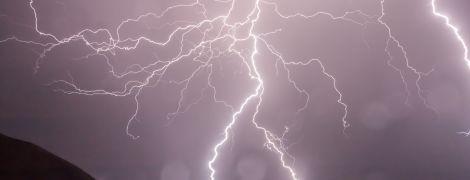 На Рівненщині блискавка спалила хату патрульному поліцейському