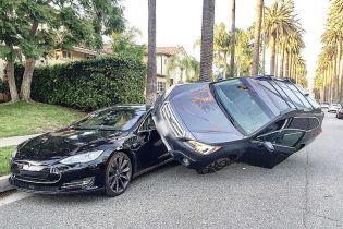 """У США водій Subaru """"припаркувався"""" на Tesla Model S"""