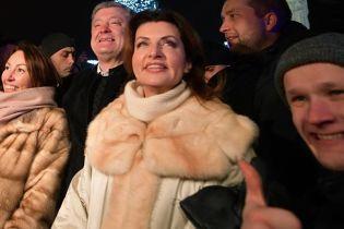 В пальто с мехом и с нежным макияжем: Марина Порошенко на Софийской площади
