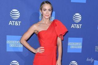 Женственная Эмили Блант блистала на кинофестивале в красном платье