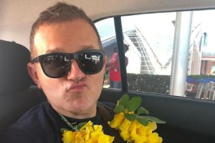 Подружжя на відпочинку: Горбунов з квітковою гірляндою, Осадча в бікіні