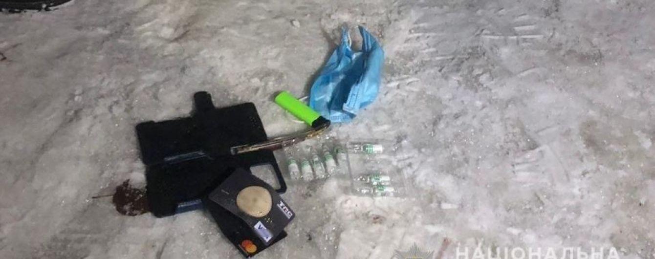 """В Борисполе мужчина в маске ограбил девушку, угрожая шприцем со """"смертельной вакциной"""""""