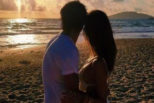 В обіймах коханого: Алессандра Амбросіо поділилася новими пляжними знімками