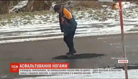 Сеть подорвало видео ремонта дороги, во время которого коммунальщик ногами разравнивает асфальт
