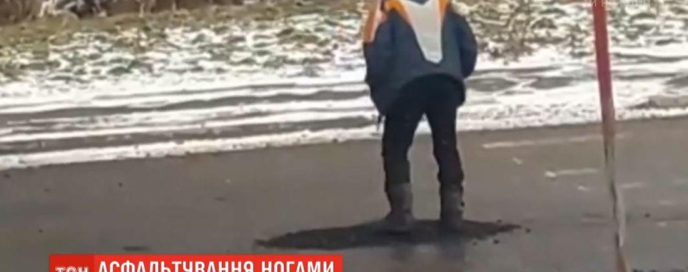 Новейшие технологии асфальтирования: В Черновцах отсняли как дорожную заплатку трамбуют сапогами