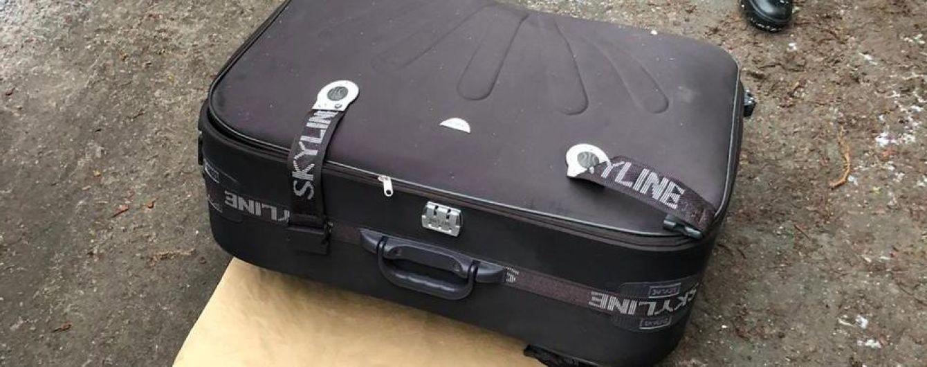 У Дніпрі в сміттєвому баці виявили валізу з трупом молодої дівчини