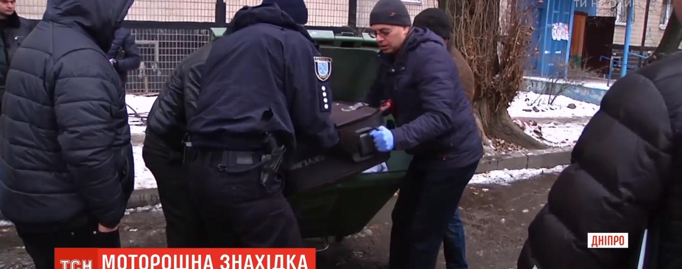 Правоохранители не нашли следов насильственной смерти на найденной в Днепре в чемодане мертвой девушке