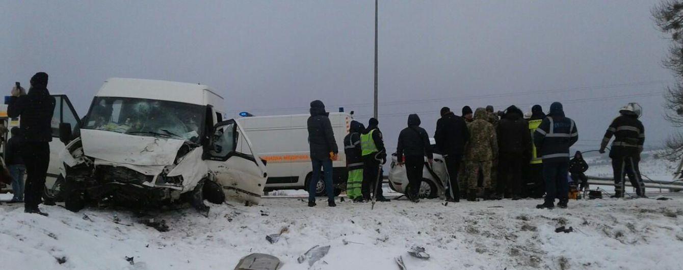 На трасі Київ - Чоп зіткнулись легковик та мікроавтобус, загинула дитина