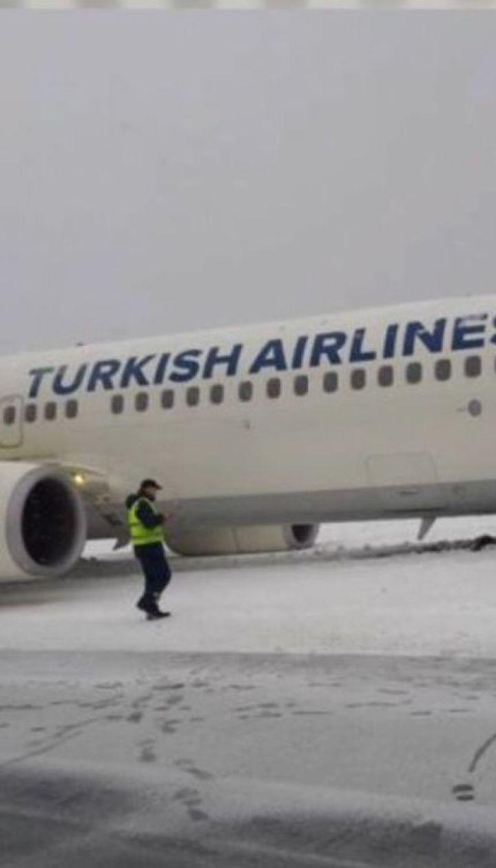 Чрезвычайная ситуация во Львовском аэропорту: самолет выкатился за пределы взлетно-посадочной полосы