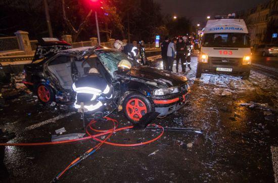 У центрі Києва потужно зіткнулися BMW та Daewoo, пасажирку одного з авто вирізали рятувальники