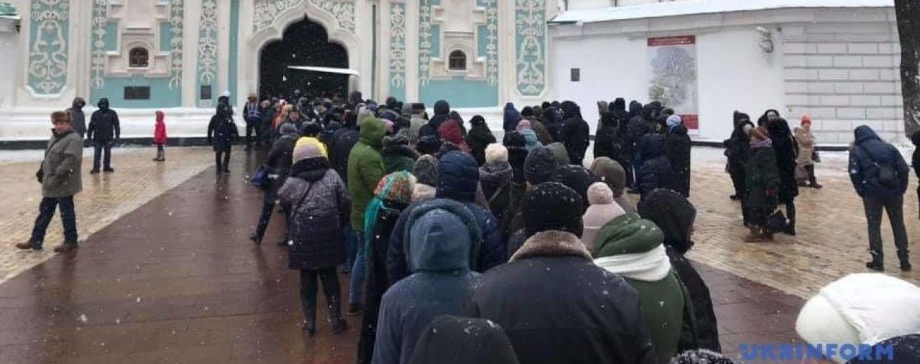 ЗМІ показали кількатисячну чергу до Софії Київської – усі хочуть подивитись на Томос