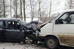 На Прикарпатті лоб у лоб зіткнулись легковик і мікроавтобус, одна з шести постраждалих померла у лікарні