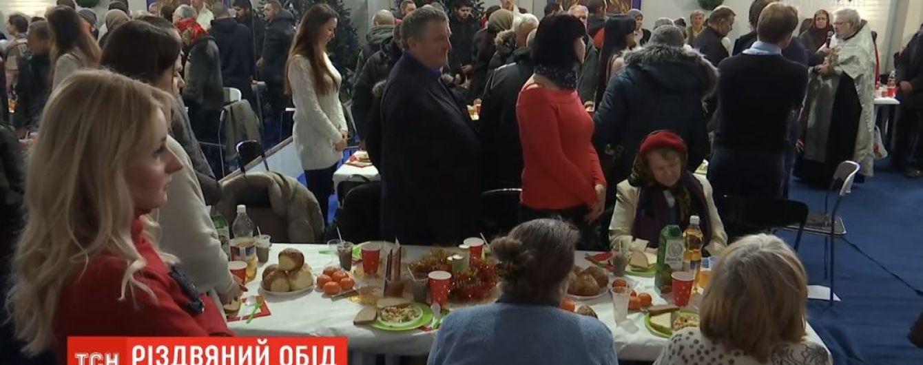 Массовые праздничные обеды для бедных провели сразу в трех городах Украины