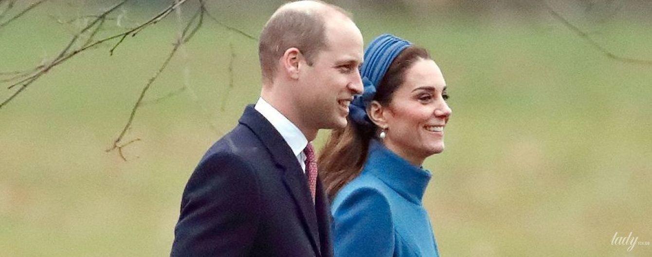 В знакомом пальто и с улыбкой: сияющая герцогиня Кембриджская с принцем Уильямом сходили на службу