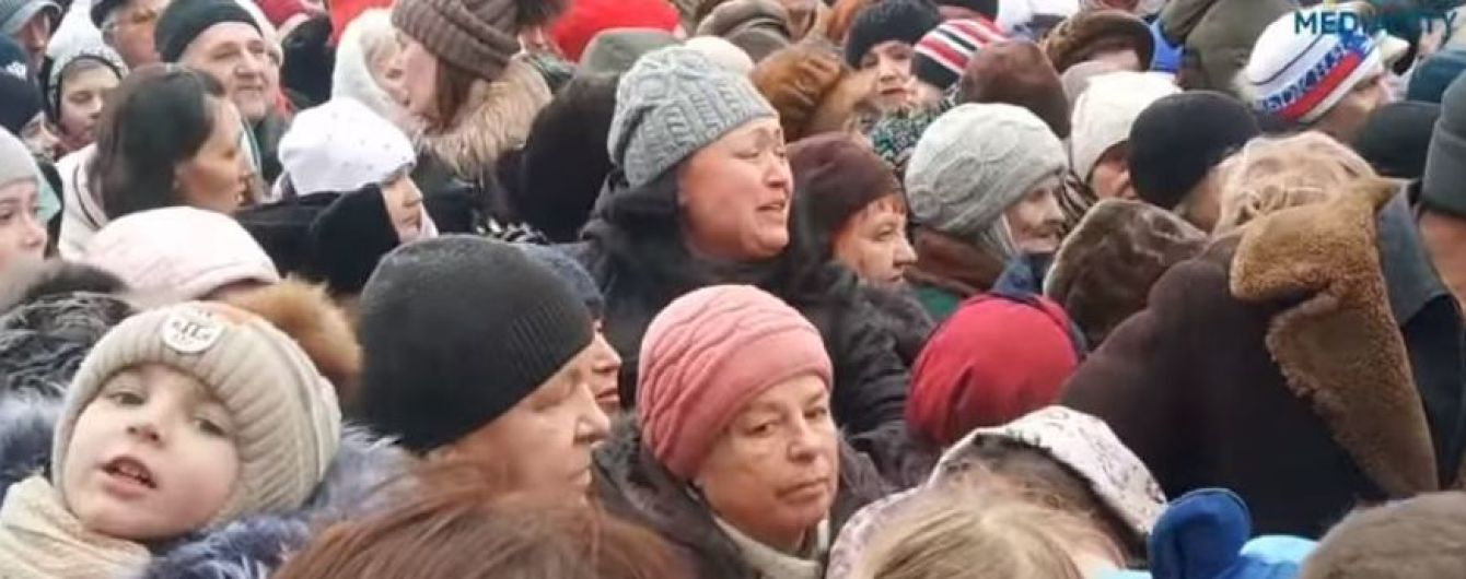 Крики та дитячі сльози. У Росії влаштували тисняву за дармовими цукерками