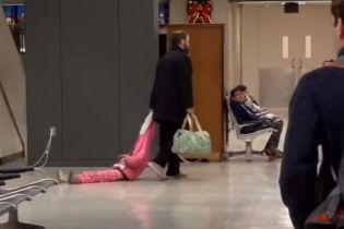 Строгий отец. В Сети стало вирусным видео с мужчиной, который тянет дочку по аэропорту