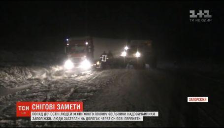 Вантажівки, маршрутки та швидкі: на Запоріжжі витягнули із снігового полону понад сотню машин