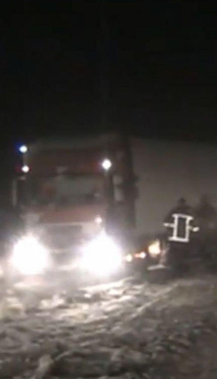 Грузовики, маршрутки и скорые: в Запорожье вытащили из снежного плена более сотни машин