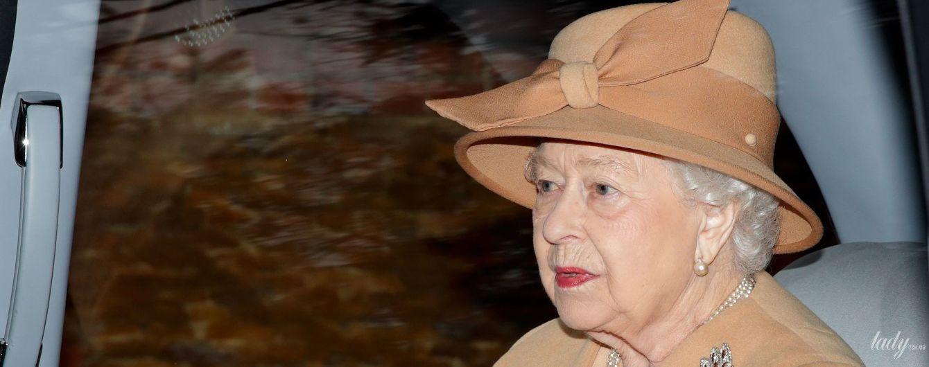 У нюдовому пальті та з новим відтінком помади: королева Єлизавета II сходила на службу