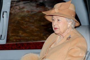 В нюдовом пальто и с новым оттенком помады: королева Елизавета II сходила на службу