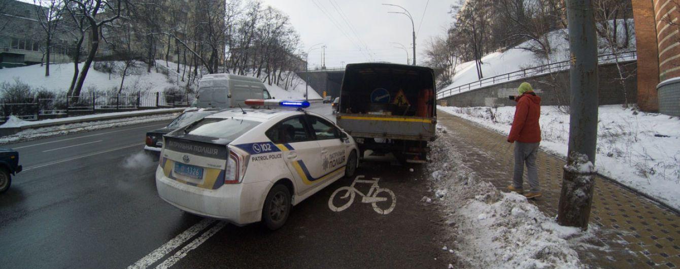 В Киеве автомобиль патрульных врезался в грузовик, догоняя внедорожник