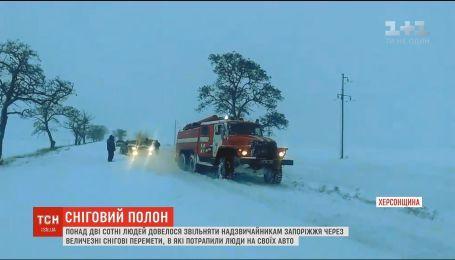 Непогода в Украине: десятки авто оказались в снежных ловушках на Херсонщине и Запорожье