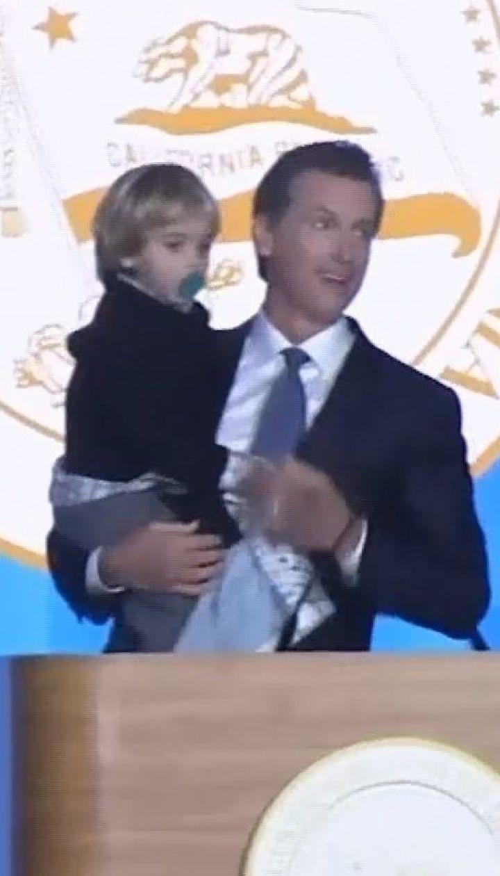 Двухлетний сын губернатора Калифорнии прервал первую речь отца, когда внезапно выбежал на сцену