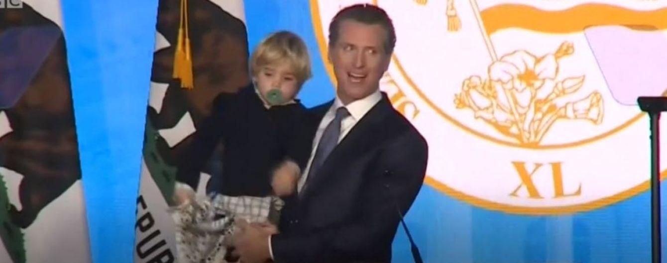 Сеть смешит видео с сонным мальчиком, который мешает инаугурации нового губернатора Калифорнии