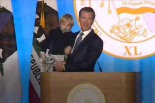 Мережу смішить відео із cонним хлопчиком, який заважає інавгурації нового губернатора Каліфорнії