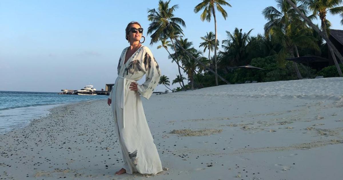 """Ксения Собчак на Мальдивах позировала в желто-голубом купальнике """"с политическим подтекстом"""""""