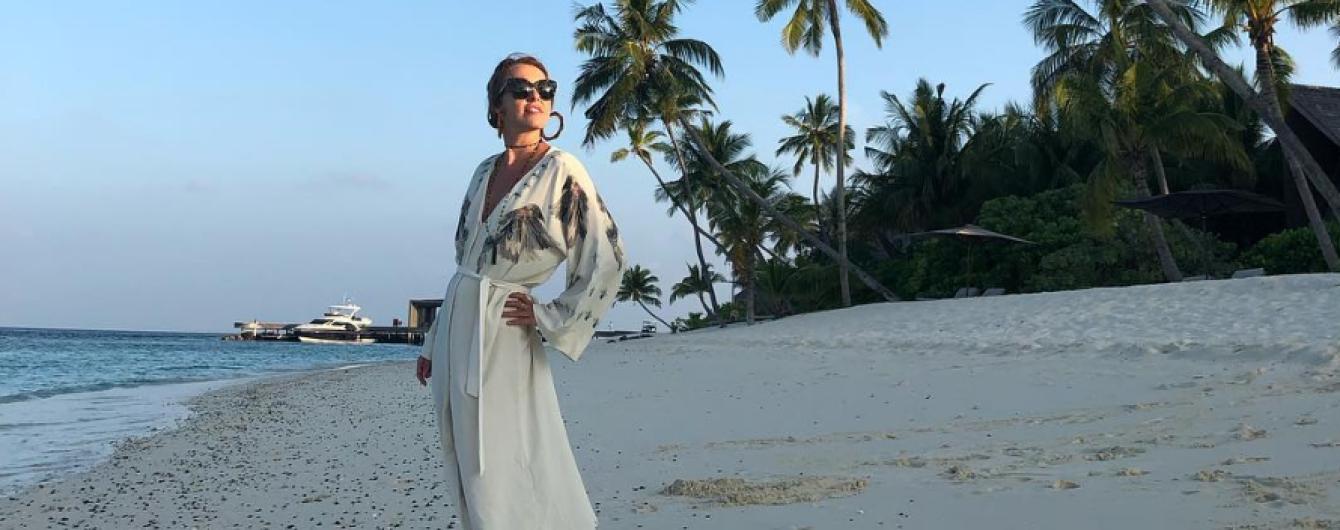 """Ксенія Собчак на Мальдівах позувала у жовто-блакитному купальнику """"з політичним підтекстом"""""""