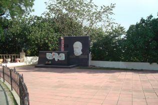В Азербайджане на барельефе Шевченко убрали надпись на русском языке