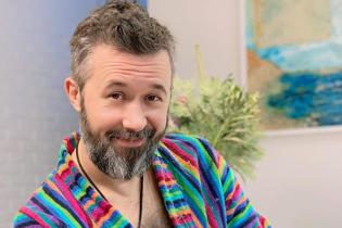 В полосатом халате и с кошкой: Сергей Бабкин поздравил всех с Рождеством